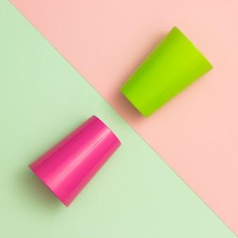 Kleurrijke kopjes op verschillende pastel achtergronden.
