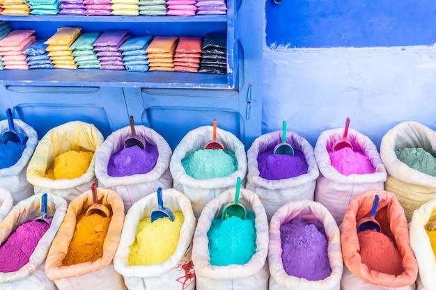 Kleurrijke kruiden en kleurstoffen in de straat van de blauwe stad