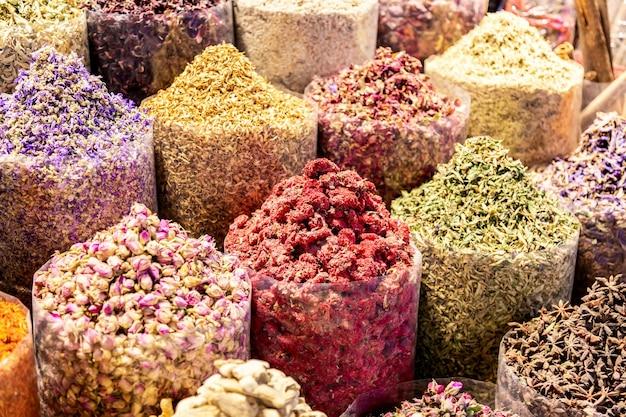 Kleurrijke kruiden op de arabische straatmarkt. dubai spice souk in de verenigde arabische emiraten.