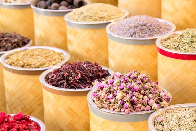 Kleurrijke kruiden op de arabische straatmarkt in dubai. Premium Foto