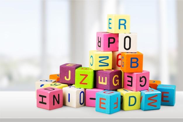 Kleurrijke kubussen op de achtergrond. educatief concept.