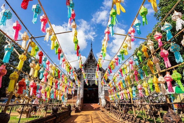 Kleurrijke lamp festival en lantaarn in loi krathong in wat lok moli is een prachtige oude tempel in chiang mai, provincie chiag mai, thailand