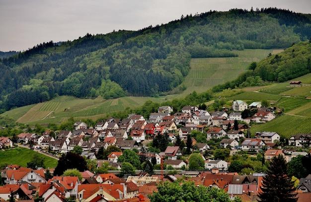 Kleurrijke landschapsmening van dorpje kappelrodeck in de bergen van het zwarte woud in duitsland