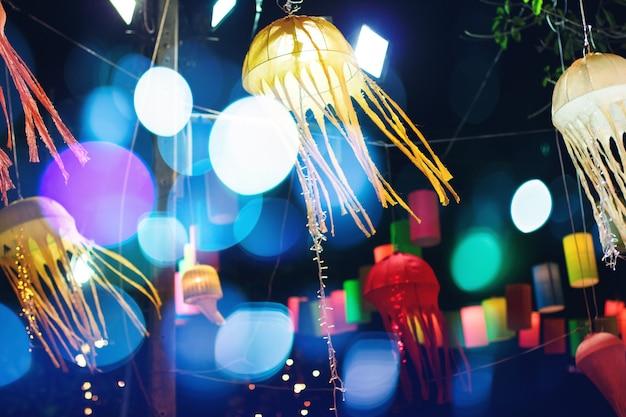 Kleurrijke lantaarn die bij de nacht verlicht