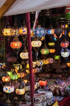 Kleurrijke lantaarns die 's nachts worden aangestoken