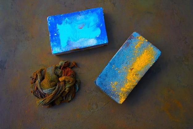 Kleurrijke lap en diffuser pads op oxide
