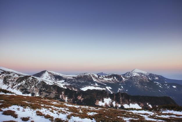 Kleurrijke lente landschap van bergketens in de karpaten