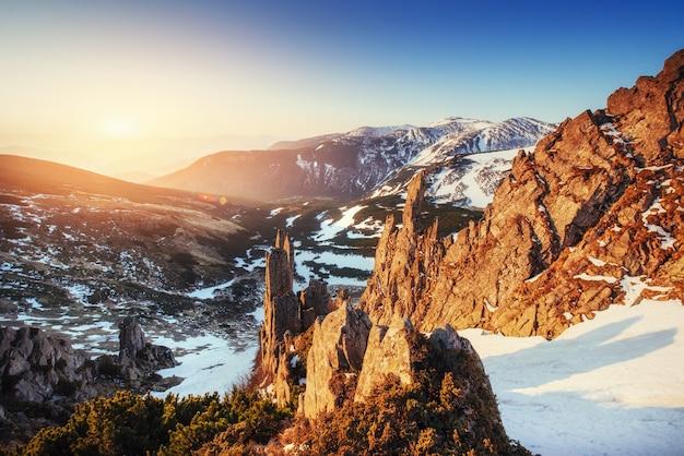Kleurrijke lente zonsondergang over de bergketens in de nationale