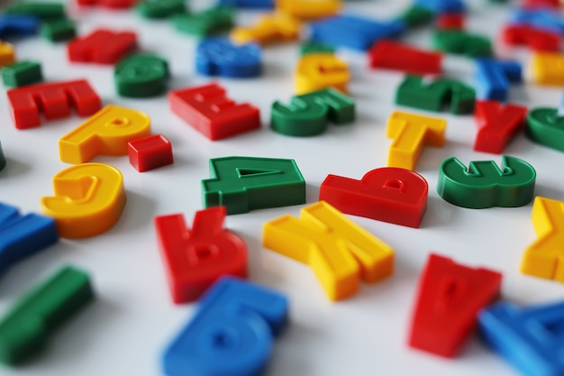 Kleurrijke letters van het russische alfabet met magneet