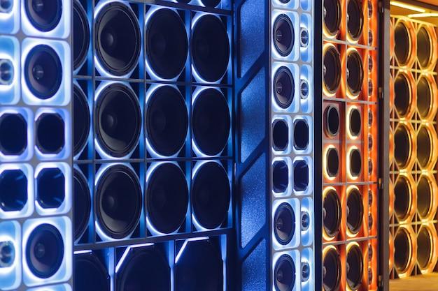 Kleurrijke lichten van stereo en sprekers decoratief op auto