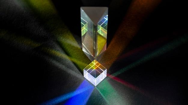 Kleurrijke lichtstralen in prisma abstract concept