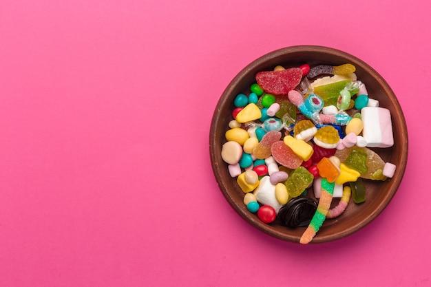 Kleurrijke lollys en snoepjes in een kom