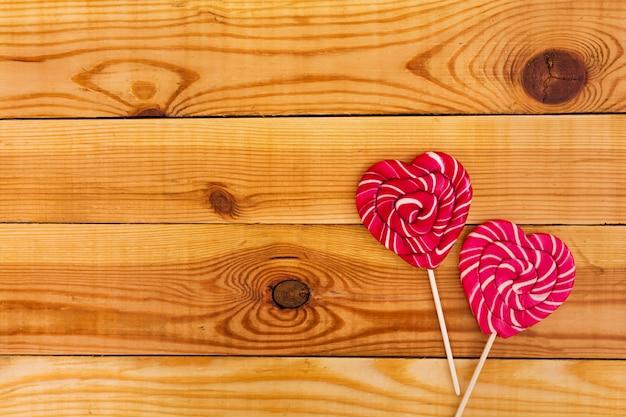 Kleurrijke lollys op houten. bovenaanzicht