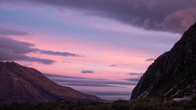 Kleurrijke lucht tijdens zonsondergang in alpine vallei geschoten op aoraki mt cook nationaal park nieuw-zeeland Premium Foto