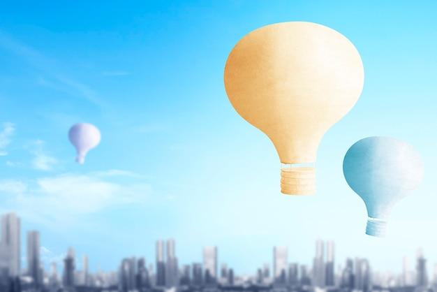 Kleurrijke luchtballon die met stadsachtergrond vliegt