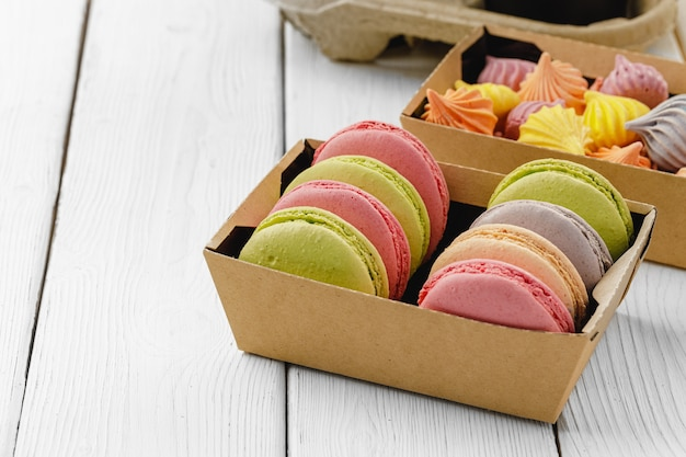 Kleurrijke macaron cookies in een kartonnen doos close-up