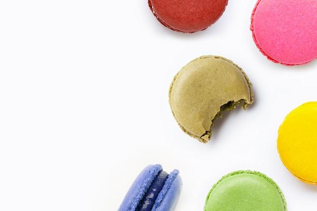 Kleurrijke macarons die op witte achtergrond wordt geïsoleerd