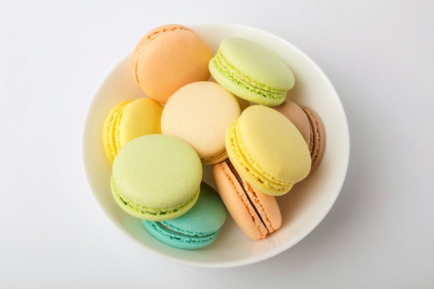 Kleurrijke macarons in plaat op een lichte achtergrond