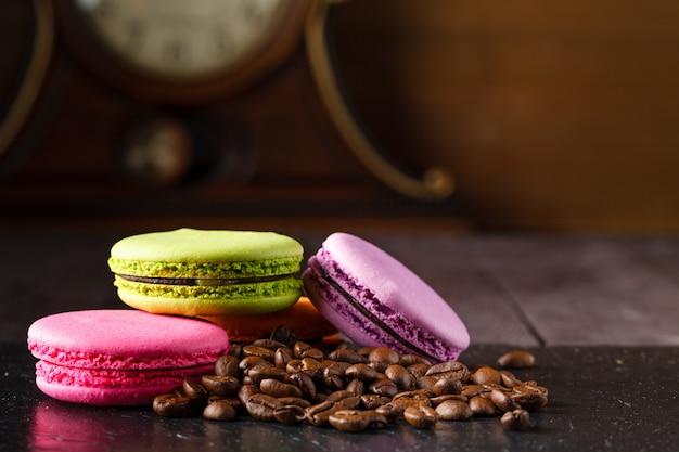 Kleurrijke macarons met gebrande koffiebonen
