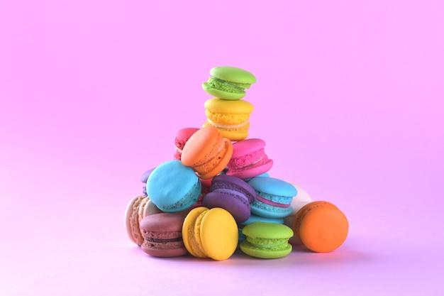 Kleurrijke macarons of bitterkoekjes dessert zoet mooi om te eten