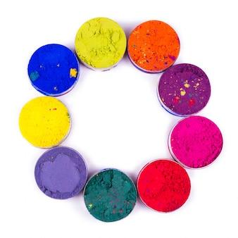 Kleurrijke make-up potten gerangschikt als een cirkel geïsoleerd op een witte ruimte