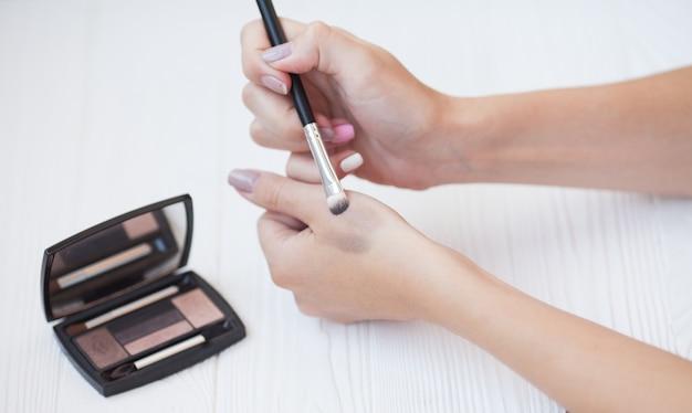 Kleurrijke make-upproducten voor oogschaduwpalet. oogschaduw met penseel.