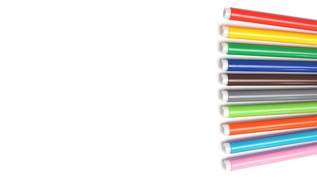 Kleurrijke markeerstift die op geïsoleerde ruimte met het knippen van weg wordt geplaatst.