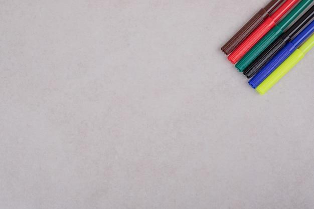 Kleurrijke markeerstiften op witte achtergrond
