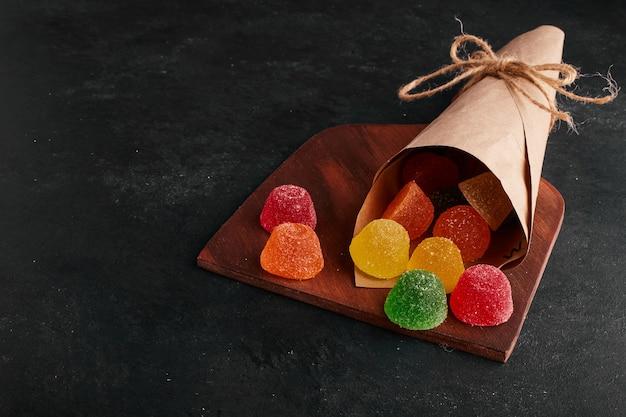 Kleurrijke marmelades uit een papieren wikkel.