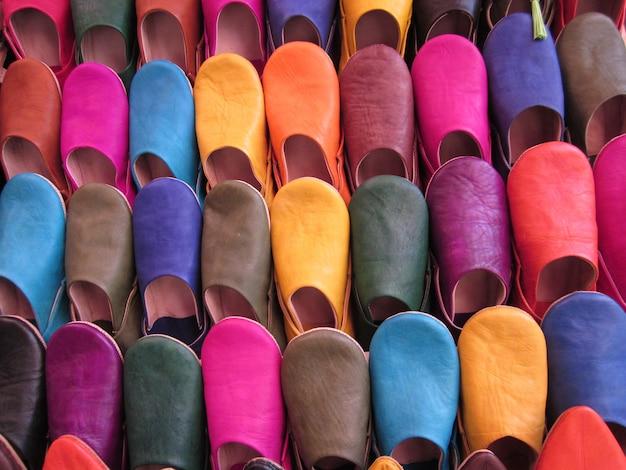 Kleurrijke marokkaanse schoenen voor verkoop bij de oude markt van marrakech, marokko.