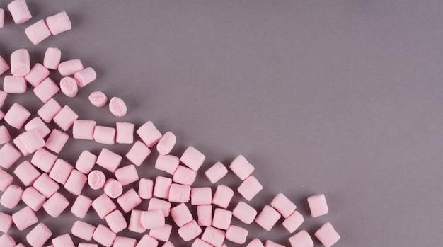 Kleurrijke marshmallow aangelegd op grijs papier oppervlak