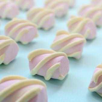 Kleurrijke marshmallow aangelegd