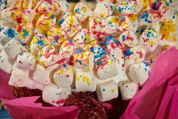 Kleurrijke marshmallow op opgeklopte eiwitten op paascake
