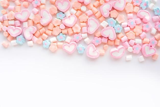 Kleurrijke marshmallow op witte achtergrond