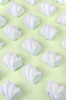 Kleurrijke marshmallow opgemaakt op kalkpapier patroon