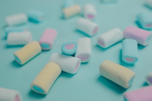 Kleurrijke marshmallow. veel snoep op tafel.