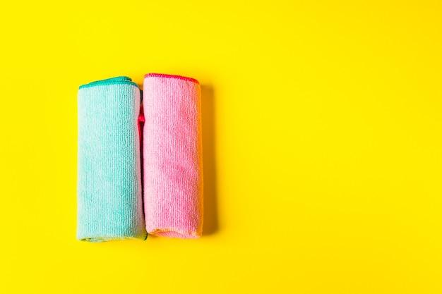 Kleurrijke microfiberdoeken op helder geel