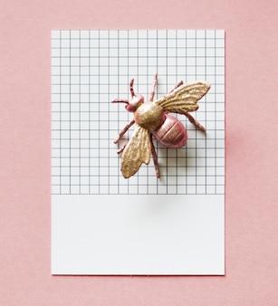 Kleurrijke miniatuurvlieg op papier