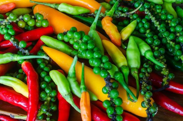 Kleurrijke mix van de verste en heetste chilipepers