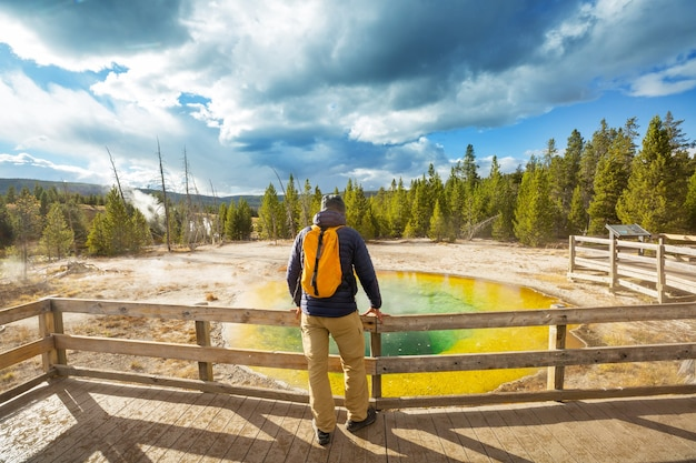 Kleurrijke morning glory pool - beroemde hete lente in het yellowstone national park, wyoming, vs.