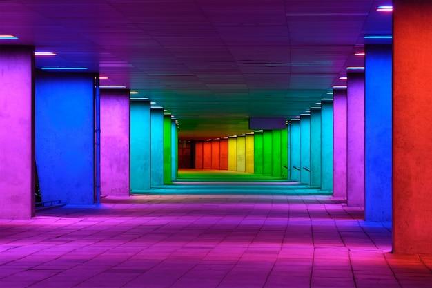 Kleurrijke mulitcolord verlichte galerijtunnel dichtbij museumpark, rotterdam, nederland