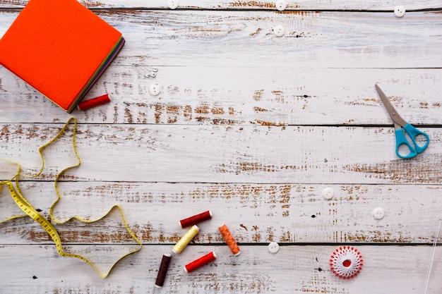 Kleurrijke naaien en afstemming van gereedschappen en items op lichte achtergrond