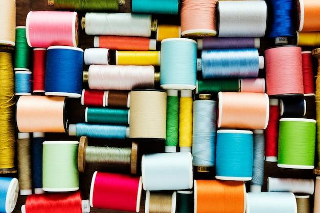Kleurrijke naaiende draden achtergrondclose-up