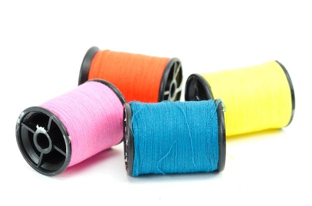 Kleurrijke naaiende geïsoleerd threads
