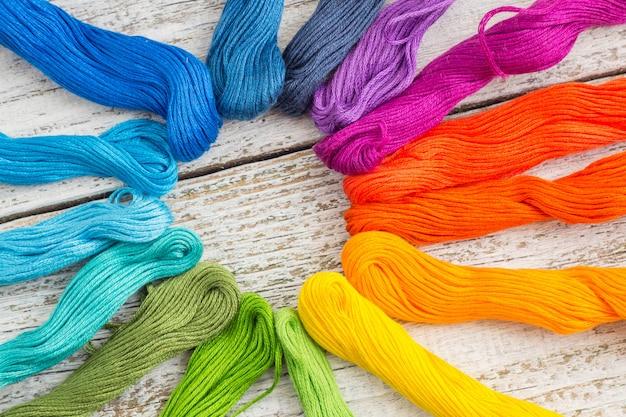 Kleurrijke naaigaren voor borduurwerk op witte achtergrond