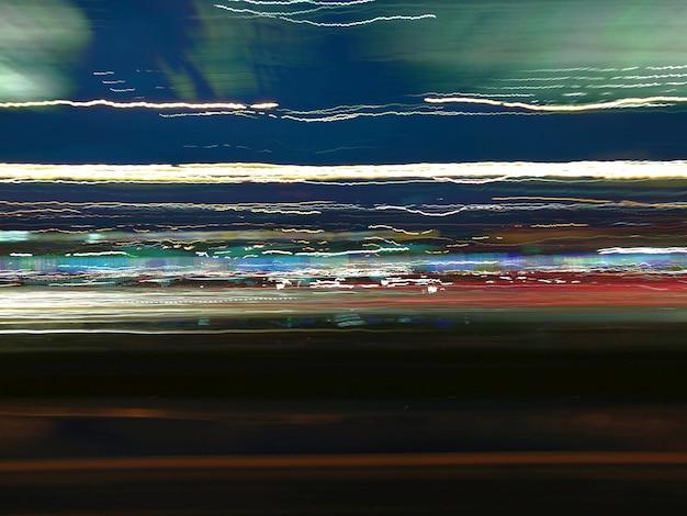 Kleurrijke nachtlichtpaden op de straat