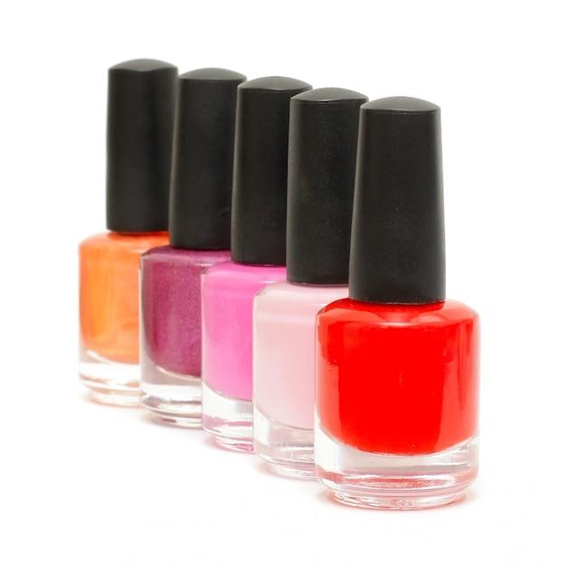 Kleurrijke nagellak op een rij geïsoleerd op wit