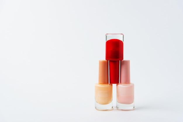 Kleurrijke nagellakken op een witte achtergrond