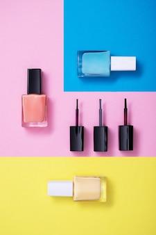 Kleurrijke nagellakken op veelkleurig papier