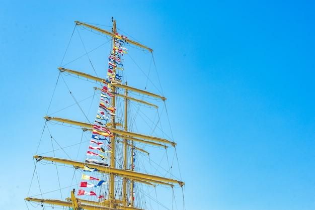 Kleurrijke nautische zeilen vlaggen die in de wind vliegen